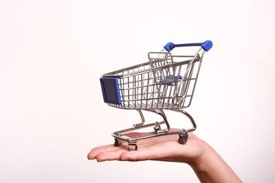 Einkaufswagen auf einer Hand