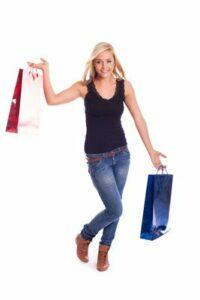 Jugendliche mit Einkaufstüten